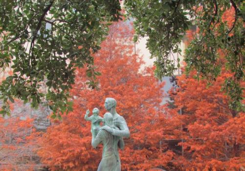family-statue-mccombs-school-of-business